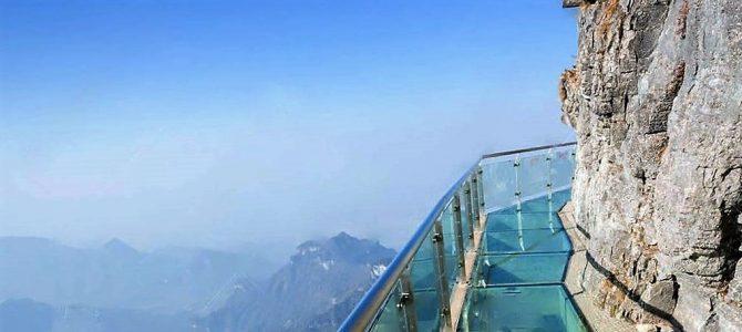 China inaugura calçada de vidro a 420 metros de altura
